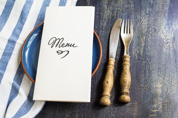 Rustieke tafel instelling met bord en bestek