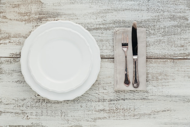 Rustieke tafel instelling op lichte houten tafel