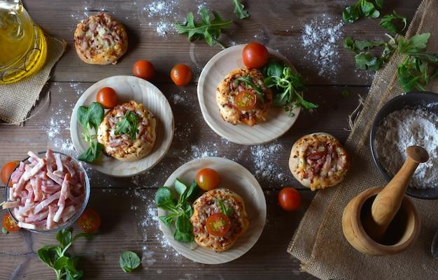 Rustieke tafel met minipizza's met spek