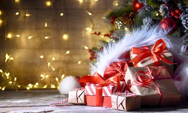 Rustieke vakantieachtergrond met kerstboom