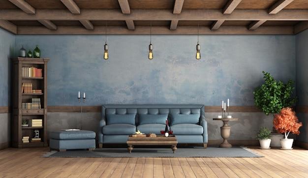 Rustieke woonkamer met oude muren, blauwe bank en houten plafond