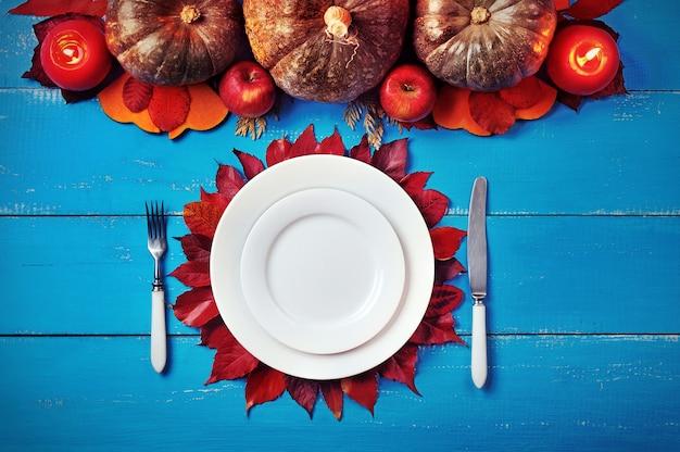 Rustig beeld van een gediend diner met pompoenendecoratie