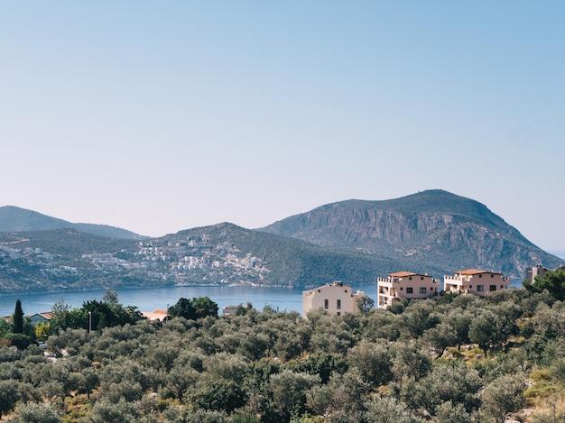 Rustig uitzicht op kalkan-resort met uitzicht op zee, zomertijd in turkije.
