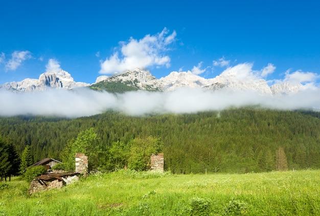 Rustig zomers uitzicht op de italiaanse dolomieten