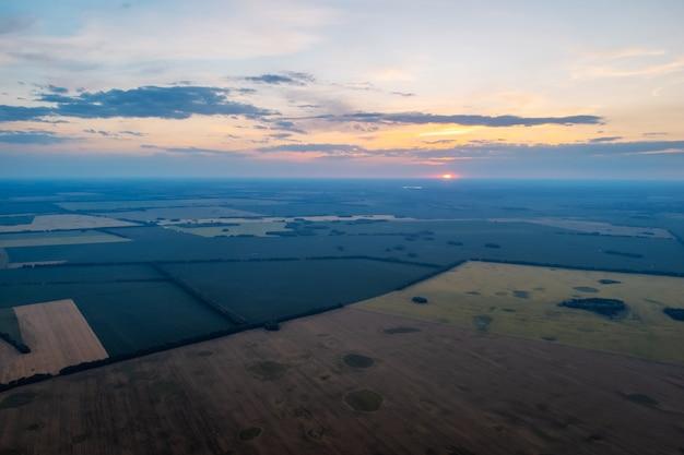 Rustige avond over landbouwvelden op het platteland