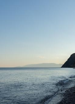 Rustige gezellige zonsondergang aan zee, mooie avond aan de zeekust