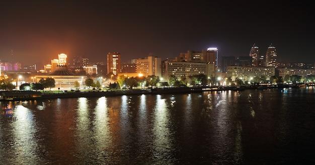 Rustige grote mooie rivier de dnjepr in de enorme nachtelijke heldere stad dnipropetrovsk in het prachtige oekraïne