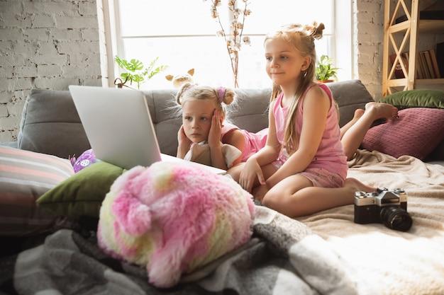 Rustige kleine meisjes die wakker worden in een slaapkamer in schattige pyjama's, huisstijl en comfort