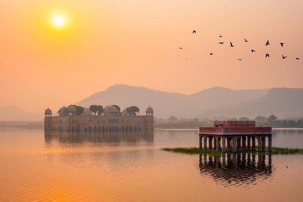 Rustige ochtend in het waterpaleis van jal mahal bij zonsopgang in jaipur, rajasthan india