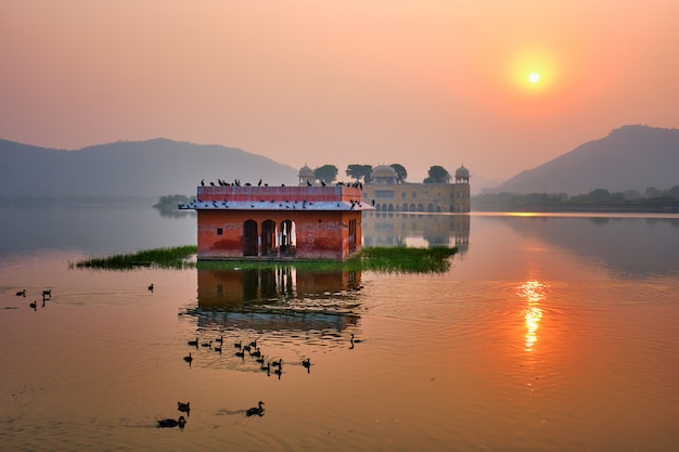 Rustige ochtend in jal mahal water palace bij zonsopgang in jaipur. rajasthan, india