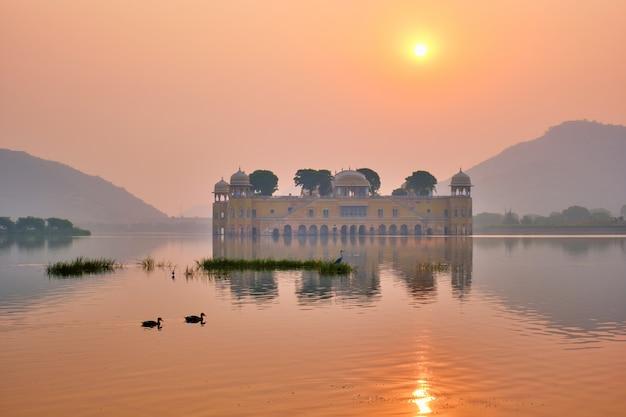 Rustige ochtend in jal mahal water palace bij zonsopgang in jaipur. rajasthan, india