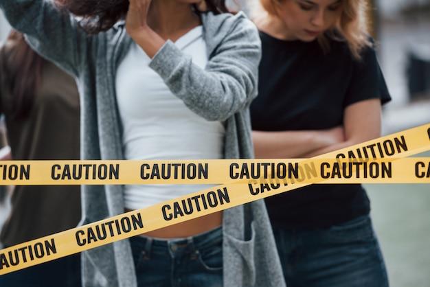 Rustige sfeer. een groep feministische vrouwen protesteert buitenshuis voor hun rechten
