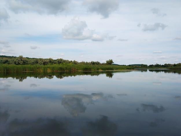 Rustige visplek aan de rivier. uitzicht op de rivier vanaf de oever.
