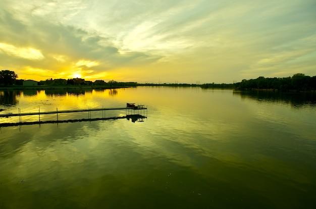 Rustige wateren zonsondergang
