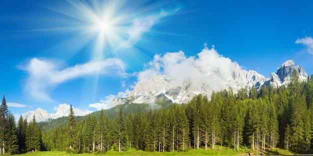 Rustige zomer italiaanse dolomieten bergpanorama uitzicht