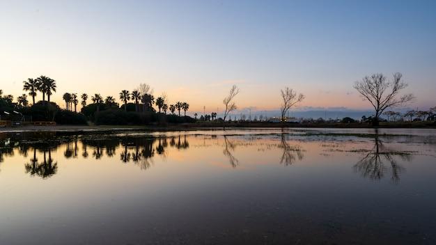 Rustige zonsondergang op het meer