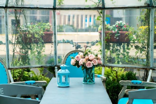 Rustruimte met tafels en houten stoelen onder paraplu in de tuin Premium Foto