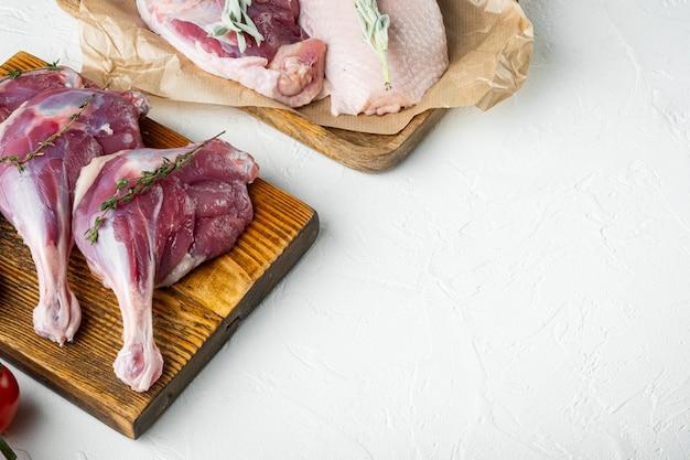Ruw eendenvlees op houten scherpe raad