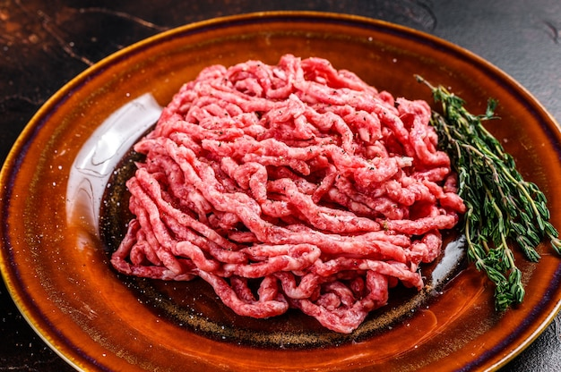 Ruw gehakt angus wagyu-rundvlees, gehakt met kruiden op een plaat