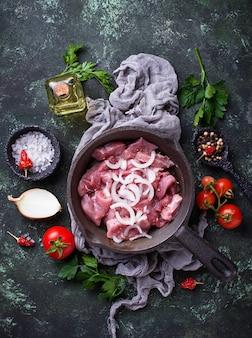 Ruw gesneden vlees klaar voor het koken.