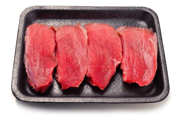 Ruw kalfsvlees in container die op witte achtergrond wordt geïsoleerd.