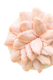 Ruw kippenvlees en vleugel in witte plaat