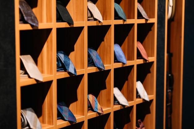 Ruw van de jassen die van de verschillende kleurenman op kleding hangen.