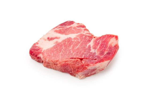 Ruw varkensvlees dat op witte achtergrond wordt geïsoleerd.