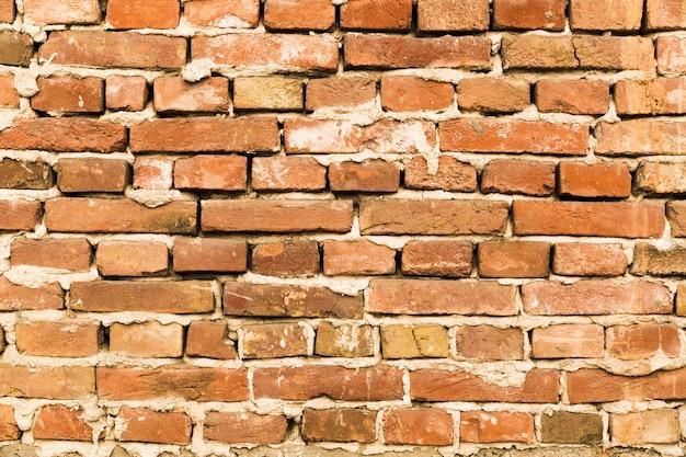 Ruwe bakstenen muur met beton