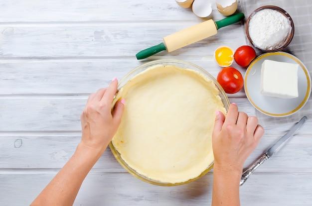 Ruwe basis van gebak voor het bakken in een ovenschaal