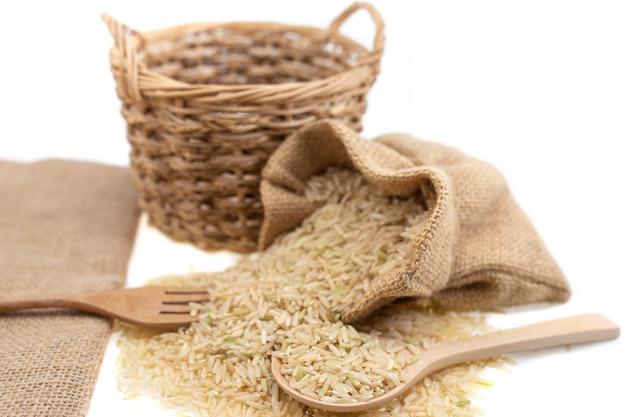 Ruwe bruine rijst in bruine zak, gezond voedsel.