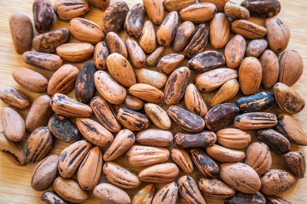 Ruwe cacaobonen op een houten bord