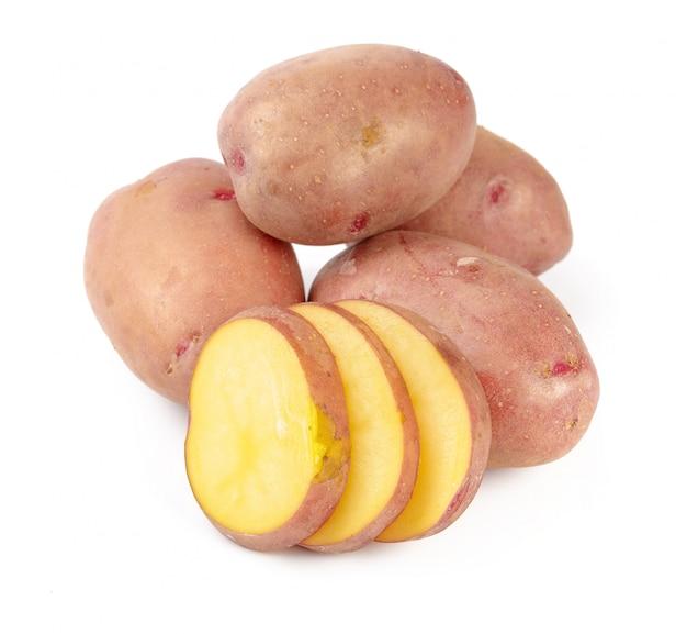 Ruwe die aardappelknol met plakken op wit worden geïsoleerd