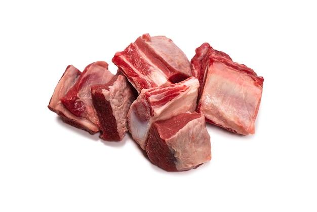 Ruwe die rundvleesribben op wit worden geïsoleerd