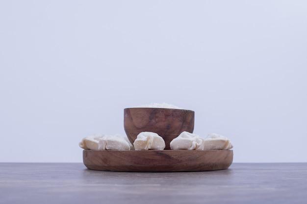 Ruwe dumplings op een houten bord op marmeren oppervlak