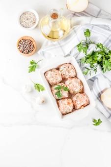 Ruwe eigengemaakte kip of kalkoenvleesballetjes in bakselschotel
