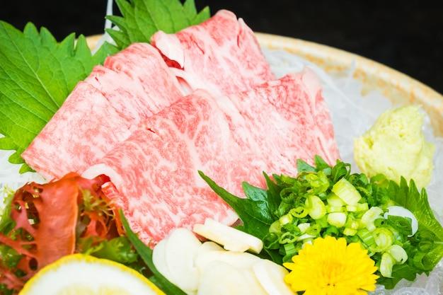 Ruwe en verse matsusaka-rundvleessashimi