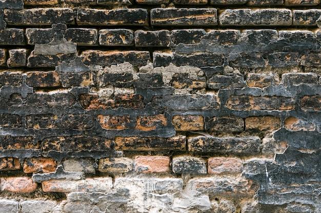 Ruwe en vuile bakstenen muur