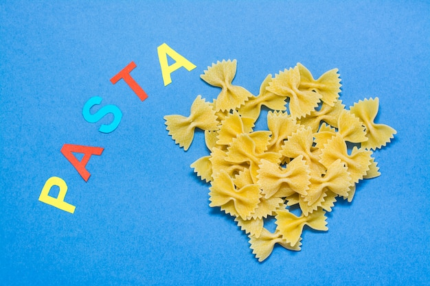 Ruwe farfalle pasta en het woord