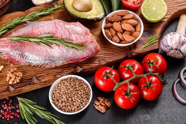 Ruwe filet van rode zeebaars bereid voor het bakken met specerijen en kruiden