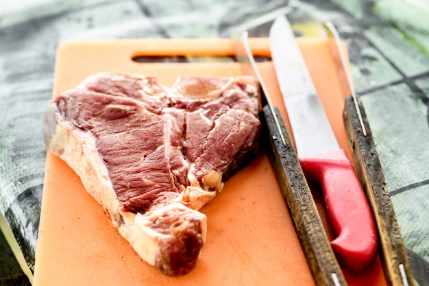 Ruwe florentijnse biefstuk op een snijplank