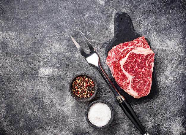 Ruwe gemarmerde ribeye steak en specerijen