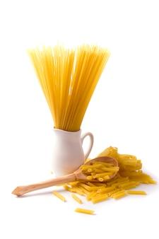 Ruwe italiaanse deegwaren en spaghetti op witte achtergrond