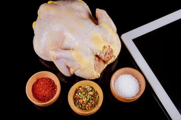 Ruwe kip met kruiden, kokende achtergrond, hoogste mening