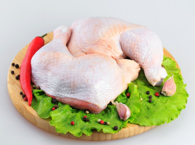 Ruwe kippenbenen op een witte achtergrond