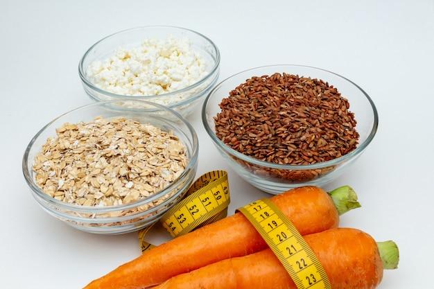 Ruwe kippenborst, graangewassen, ongepelde rijst, meetlint, wortel van de kwarkwortel dicht omhoog
