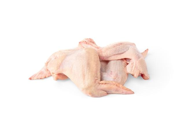 Ruwe kippenvleugels die op wit worden geïsoleerd