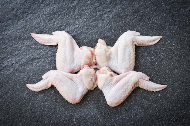 Ruwe kippenvleugels op zwarte plaat hoogste mening