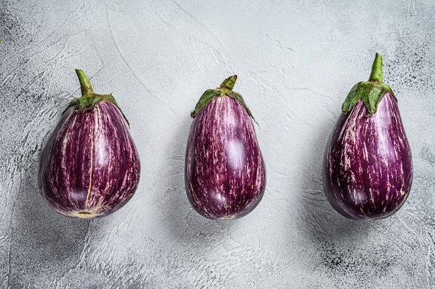 Ruwe kleine paarse aziatische aubergines. bovenaanzicht.