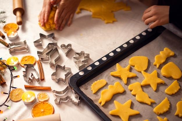 Ruwe koekjes in de bakplaat klaar om te bakken